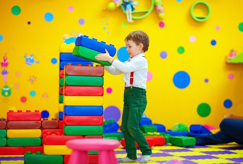 Neben einer gemütlichen Beleuchtung sind fröhliche Tapeten und originelle Wanddekorationen wichtige Gestaltungselemente für Kinderzimmer. (Bild: olesiabilkei / Fotolia.com)