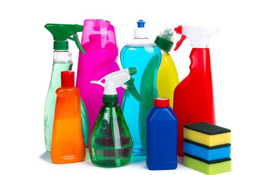 Die meisten Reinigungsmittel enthalten Seifen, welche wiederum Fett enthalten, was sich gut sichtbar auf den Polstermöbeln absetzt - also genau das Gegenteil einer Reinigung erzielt! (Bild: Andre Bonn / Fotolia.com)