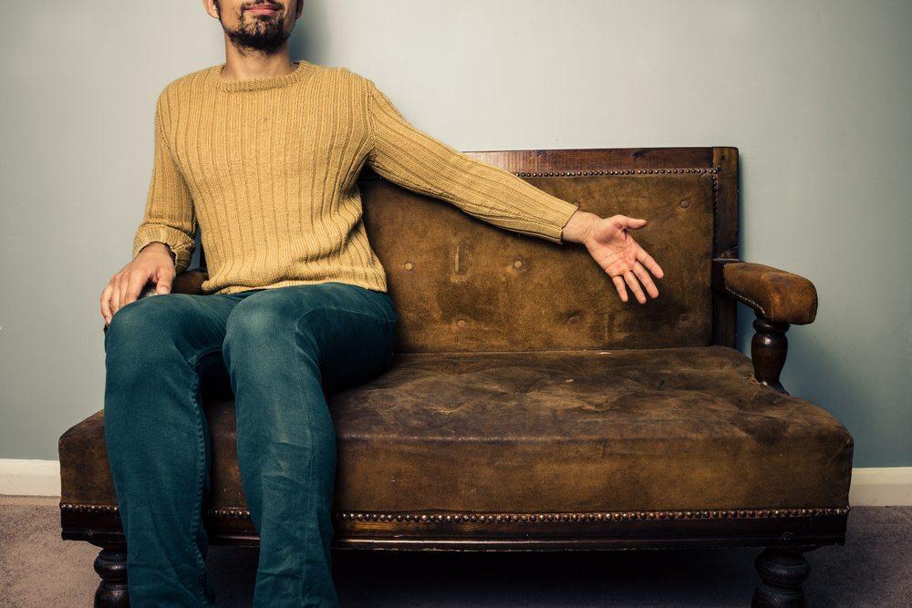 Bevor Sie die alten Möbel einfach in die Grobmüllpresse geben, sollten Sie prüfen, ob das eine oder andere Stück nicht doch noch einen guten Platz in Ihrer Wohnung finden kann. (Bild: LoloStock / Shutterstock.com)