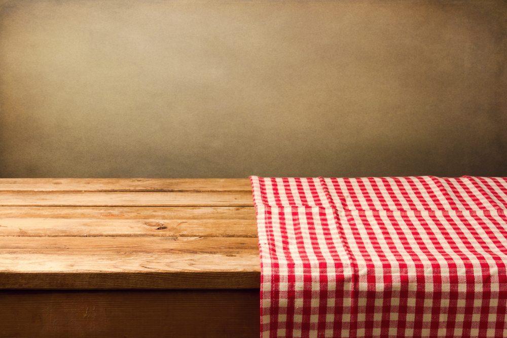 Sie sind nicht totzukriegen, die Tischdecken, Läufer und Häkeldeckchen. (Bild: Maglara / Shutterstock.com)