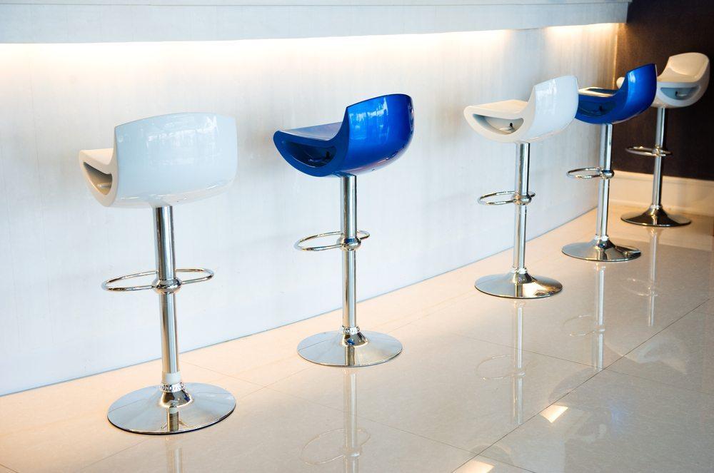 Ganz klassisch und besonders gemütlich sind Barstühle, die auf einem Mittelfuss stehen und deren Sitzflächen drehbar sind. (Bild: hxdbzxy / Shutterstock.com)