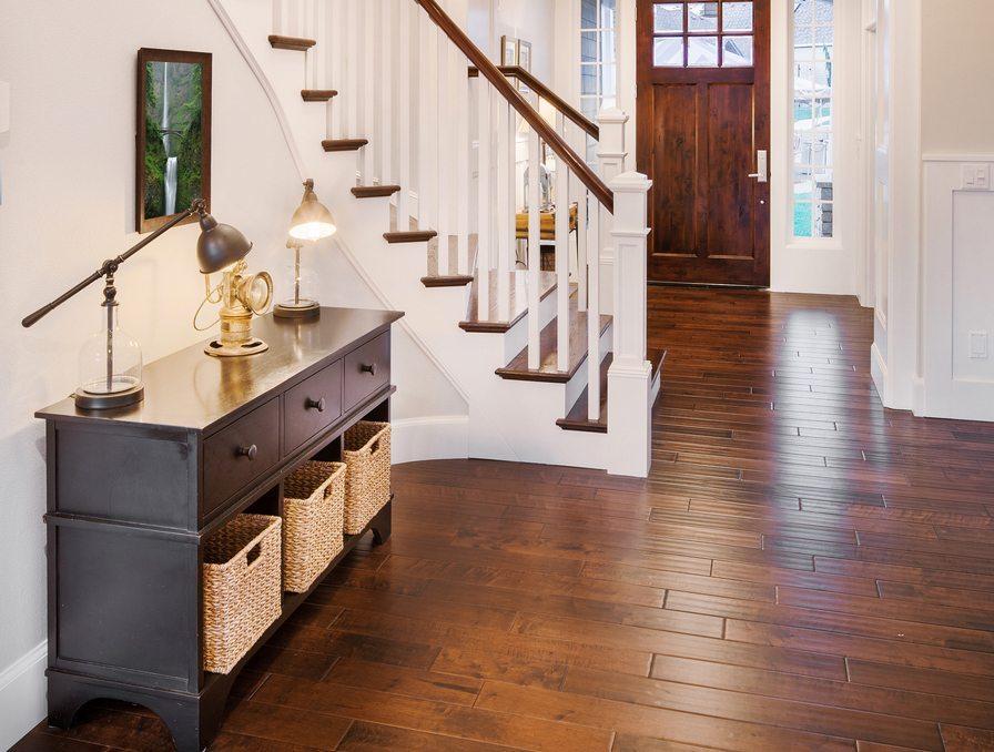 Möbel im Flur – einheitlich und hell. (Bild: Breadmaker / Shutterstock.com)