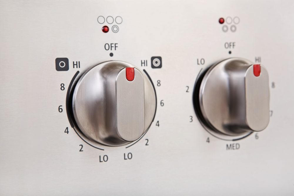 Zu den wichtigsten Elektrogeräten, die Sie bei der Küchenplanung berücksichtigen sollten, zählen der Herd bzw. Backofen, das Kochfeld, die Dunstabzugshaube sowie ein Kühlschrank oder eine Kühl-Gefrier-Kombination. (Bild: Suzanne Tucker / Shutterstock.com)