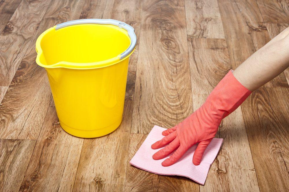 Unterschiedliche Pflege in Abhängigkeit der Holzoberfläche verwenden. (Bild: tommaso79 / Shutterstock.com)