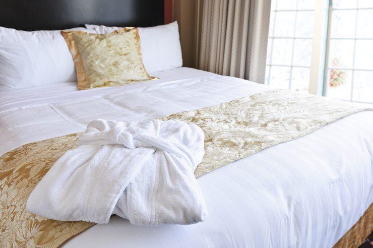 Ein gemütliches Bett sorgt für erholsamen Schlaf. (Bild: © Elena Elisseeva - shutterstock.com)