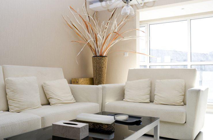 Polstermöbel passen auch ins moderne Wohnzimmer. (Bild: © yuyangc - shutterstock.com)