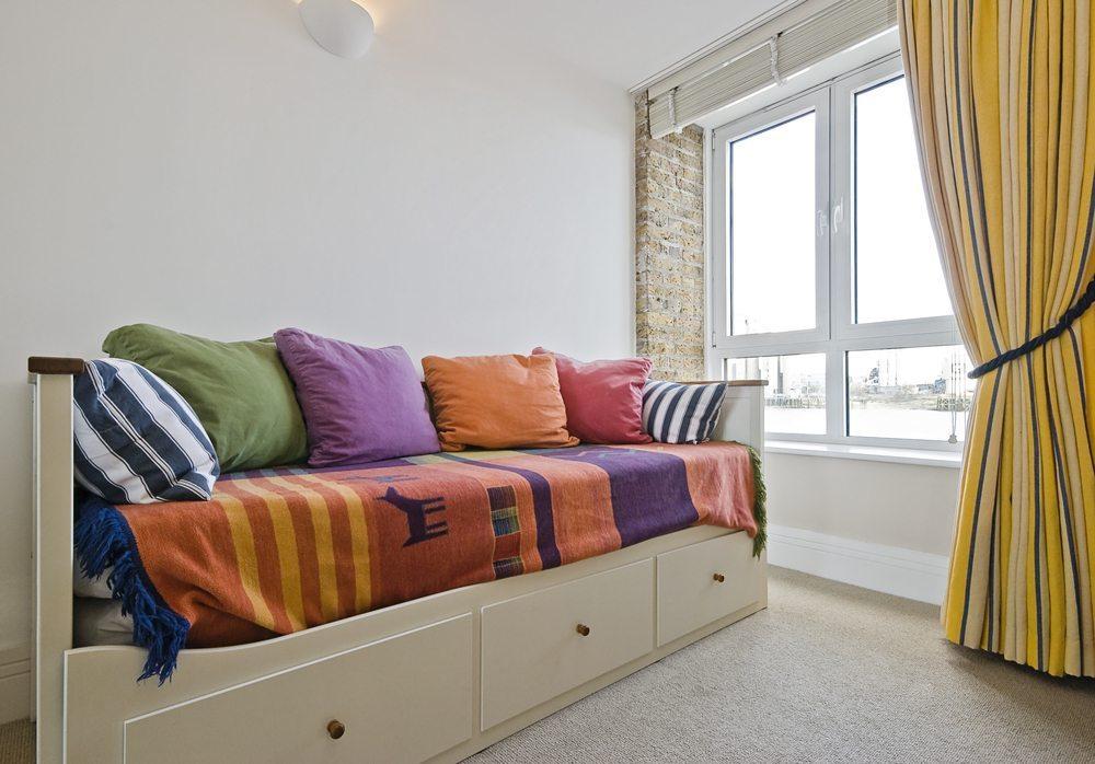 Am Tag eine Couch, in der Nacht ein Bett - eine zusammenklappbare Schlafcouch hat enorme Vorteile. (Bild: yampi / Shutterstock.com)