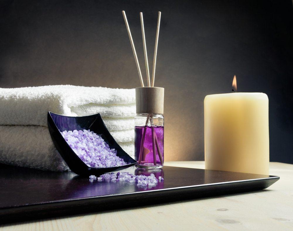 Der Diffuser besteht aus einem ansprechend gestalteten Flakon aus Glas oder Keramik. (Bild: Donfiore / Shutterstock.com)
