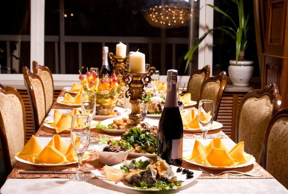 Kommen häufig mehr als sechs Personen, sind Sie mit einem rechteckigen Tisch besser bedient. Für acht Personen sollten Sie mindestens mit einer Tischplatte von 145 mal 145 Zentimetern rechnen. (Bild: Forewer / Shutterstock.com)