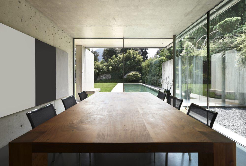 Bei der Auswahl eines geeigneten Esstisches sind neben der Stabilität auch Grösse, Form und Material sehr wichtig. (Bild: photobank.ch / Shutterstock.com)