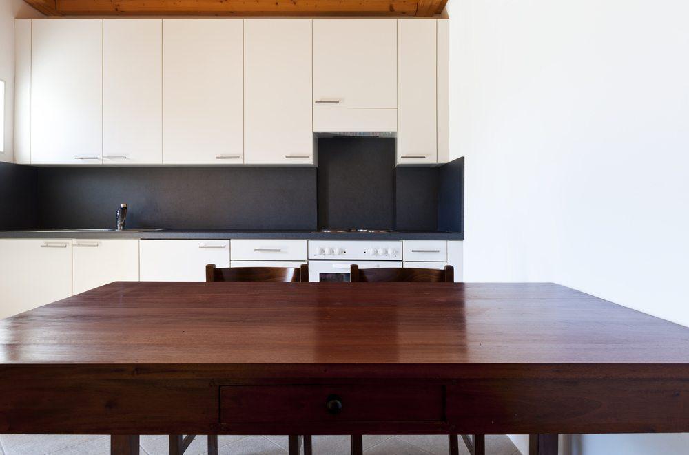 Ein Platz zum Einnehmen der Mahlzeiten darf in keiner Küche fehlen. (Bild: photobank.ch / Shutterstock.com)