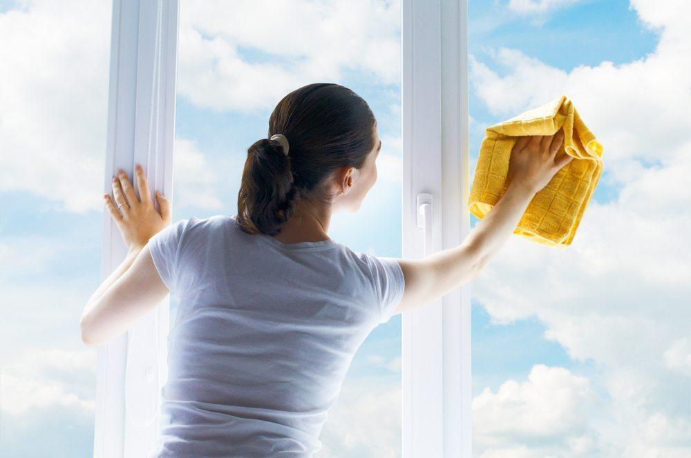 Fenster reinigen. (Bild: Yuganov Konstantin / Shutterstock.com)
