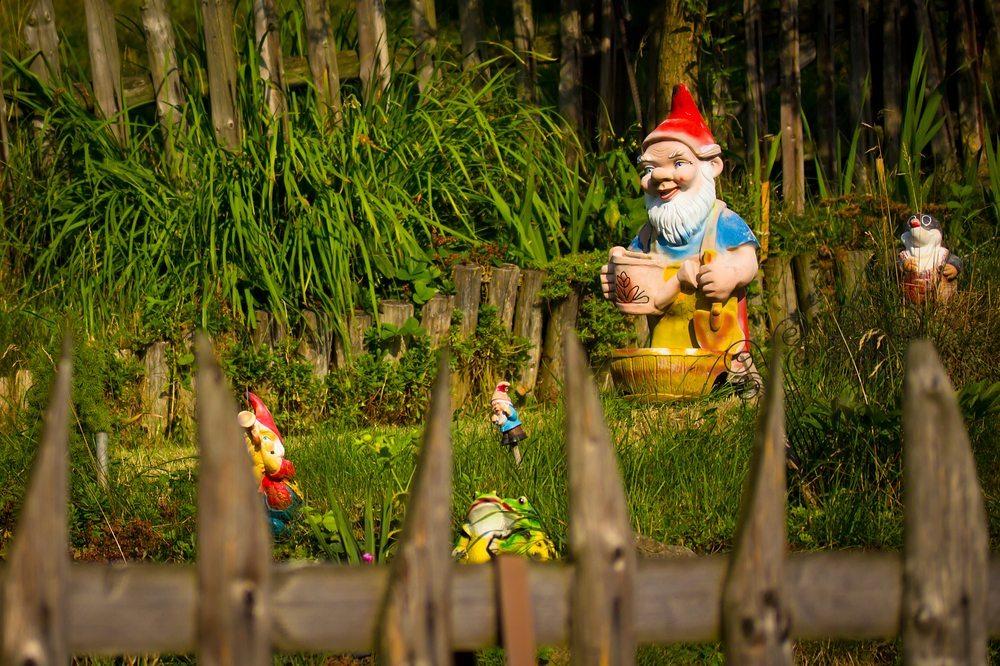 Gartenzwerge haben rote Mützen. (Bild: Petr Lerch / Shutterstock.com)