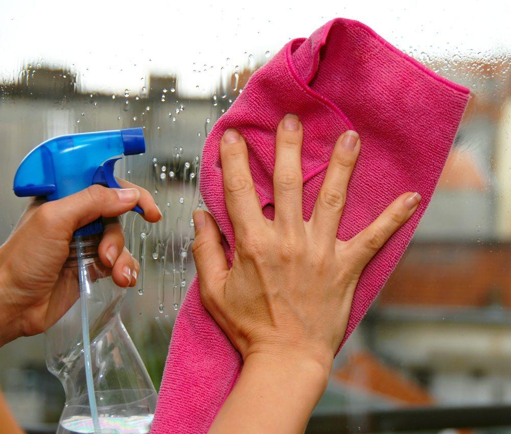 Viele benutzen zur Fenster- oder Vitrinenreinigung teuren Glasreiniger. Doch gute Ergebnisse lassen sich auch fast ohne Kostenaufwand erzielen. (Bild: Bildagentur Zoonar GmbH / Shutterstock.com)