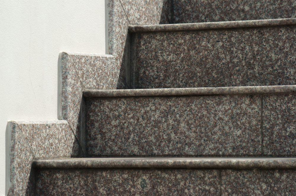 Eine Treppe aus Stein. (Bild: sakhorn / Shutterstock.com)