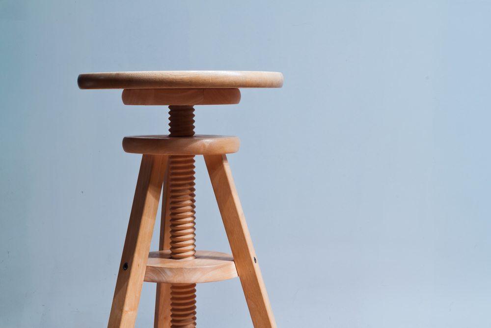 Kombination aus Stuhl und Hocker. (Bild: Nielskliim / Shutterstock.com)