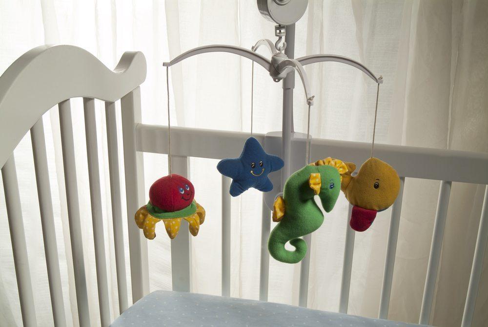 Hinsichtlich der Schlafstätte des Babys gibt es verschiedene Möglichkeiten. Am zweckmässigsten ist zumeist die Aufstellung eines Kinderbettes. (Bild: ziviani / Shutterstock.com)