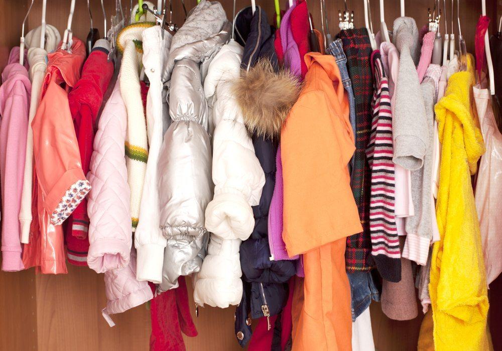 Bei beengten Platzverhältnissen im Kinderzimmer ist eine anderweitige Unterbringung auch bei weiteren Dingen sinnvoll. (Bild: Bildagentur Zoonar GmbH / Shutterstock.com)