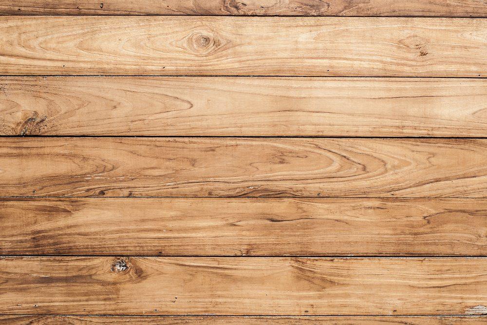 Holz ist nicht nur stabil und sieht schön aus, sondern besitzt auch ganz viel Charakter. (Bild: Twonix Studio / Shutterstock.com)