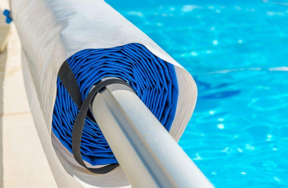 In der Zeit Ihrer Abwesenheit sollten Sie den Pool auf jeden Fall abdecken. (Bild: pixinoo / Shutterstock.com)