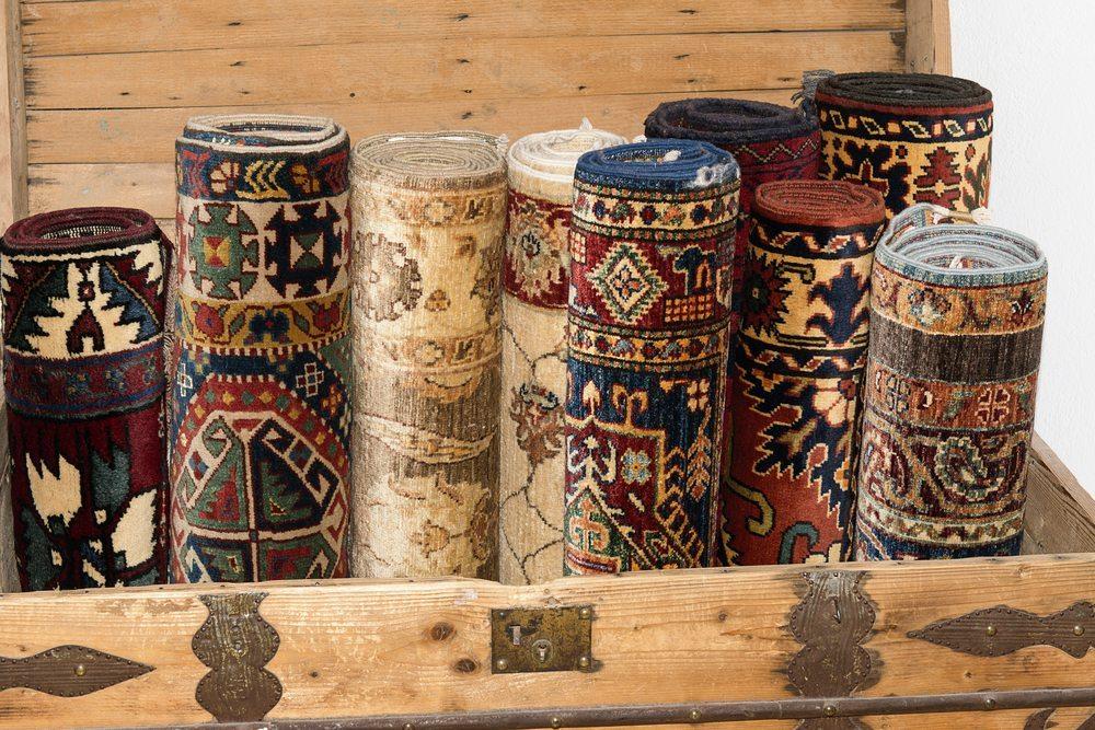 Für den Boden empfiehlt es sich, auf Teppiche mit grossen Mustern zurückzugreifen. (Bild: Elsa Hoffmann / Shutterstock.com)
