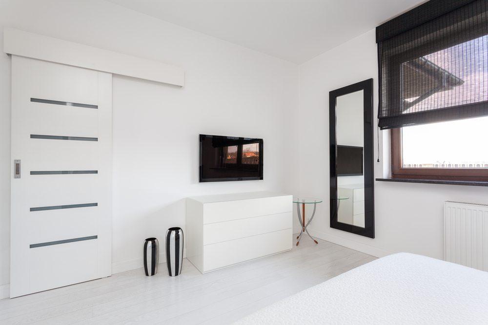 In fast jedem Schlafzimmer ist noch Platz für ein hübsches kleines Sideboard oder ein breites Regal an der Wand. (Bild: Photographee.eu / Shutterstock.com)