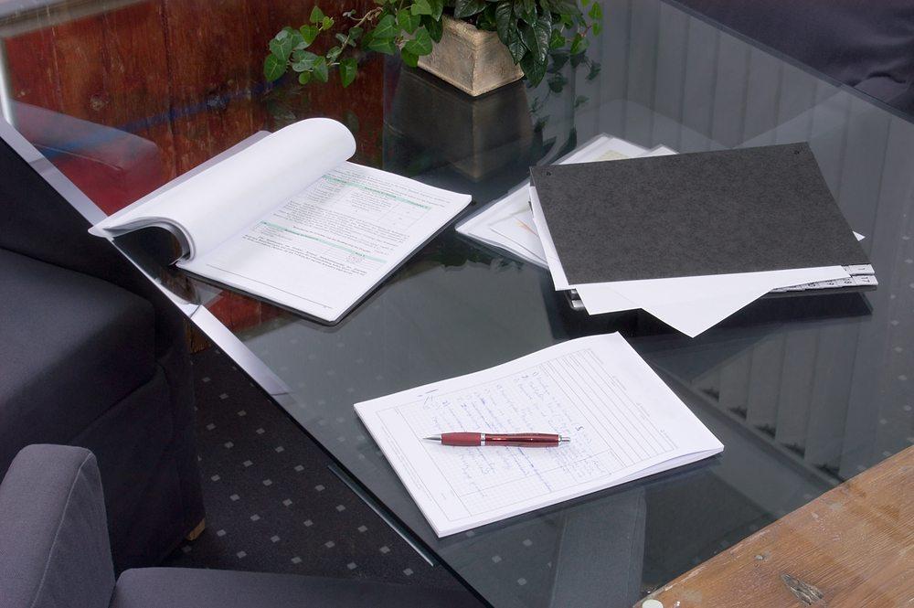 Schreibtisch aus Glas. (Bild: Kamyshko / Shutterstock.com)
