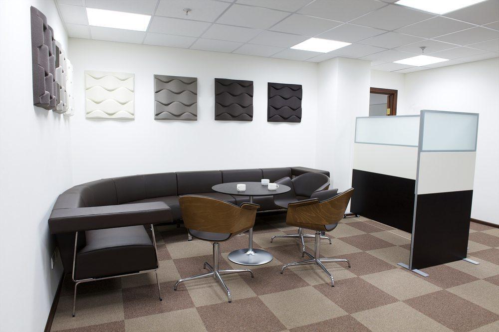 Für den guten Eindruck: elegante Besucherstühle. (Bild: Kristina Postnikova / Shutterstock.com)