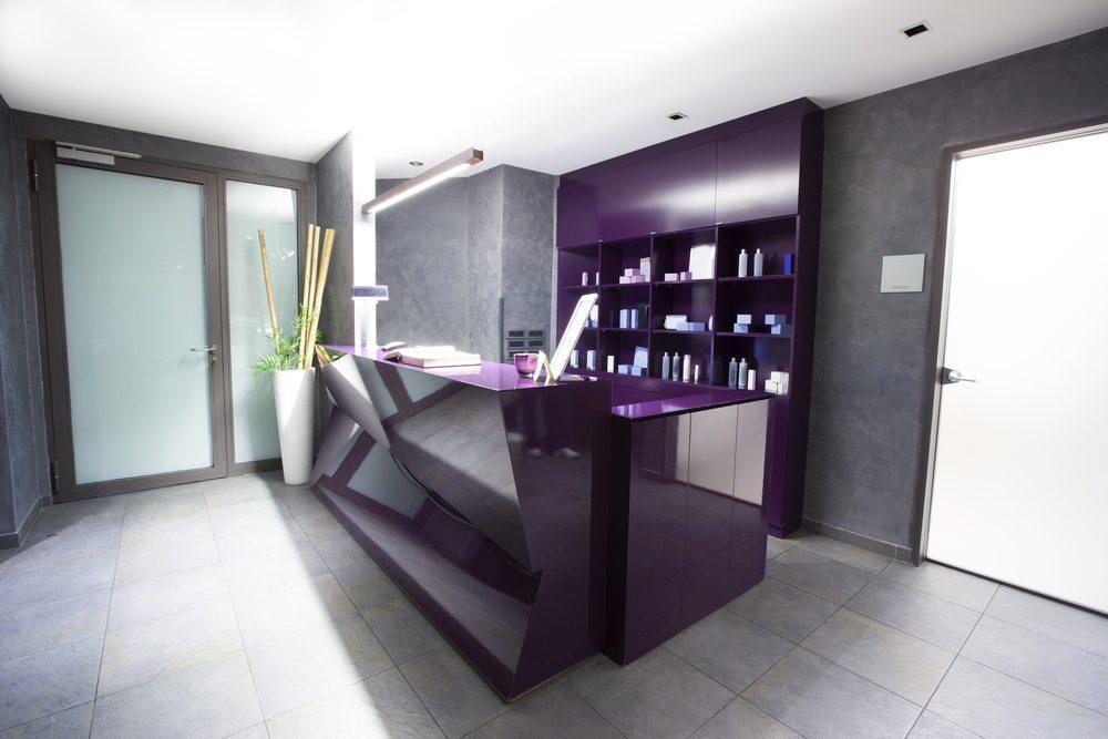 Empfangstheken - Auch die Farbe muss passen. (Bild: Eviled / Shutterstock.com)