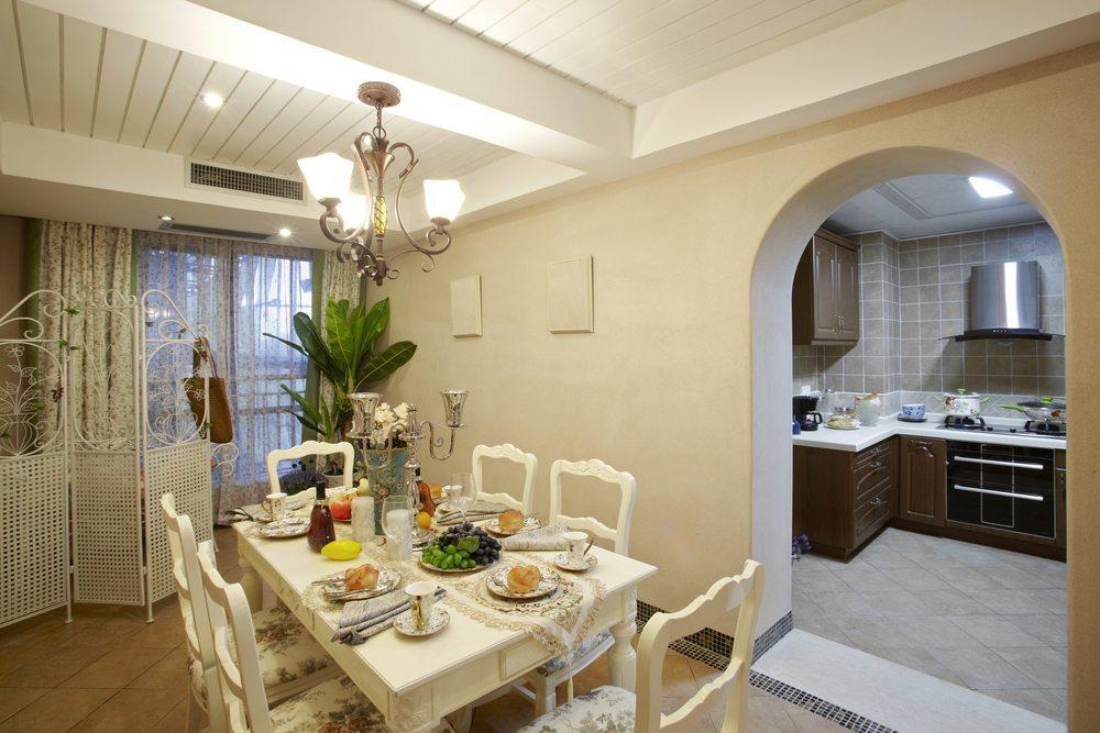 Überhaupt: Die Farbe Weiss dominiert bei diesem Einrichtungsstil allerorten. (Bild: LI CHAOSHU / Shutterstock.com)