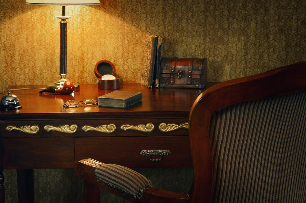 Ein historischer Sekretär sollte mit einem optisch passenden Stuhl oder Stuhlsessel kombiniert werden. (Bild: Sergej Razvodovskij / Shutterstock.com)