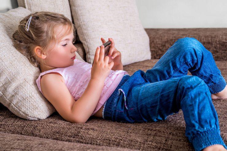 Ein bequemes Sofa macht Kindern und Erwachsenen Freude. (Bild: © detailblick - Fotolia.com)
