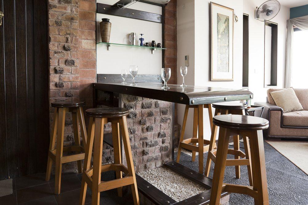 Dank des reichhaltigen Sortiments an geeigneten Möbeln ist die Einrichtung einer Hausbar denkbar einfach und so gut wie überall zu realisieren. (Bild: Rehan Qureshi / Shutterstock.com)