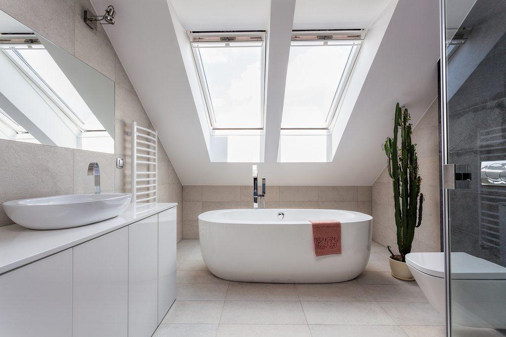 Helle Farben sind im Dachgeschoss immer eine gute Wahl. (Bild: Photographee.eu / Shutterstock.com)