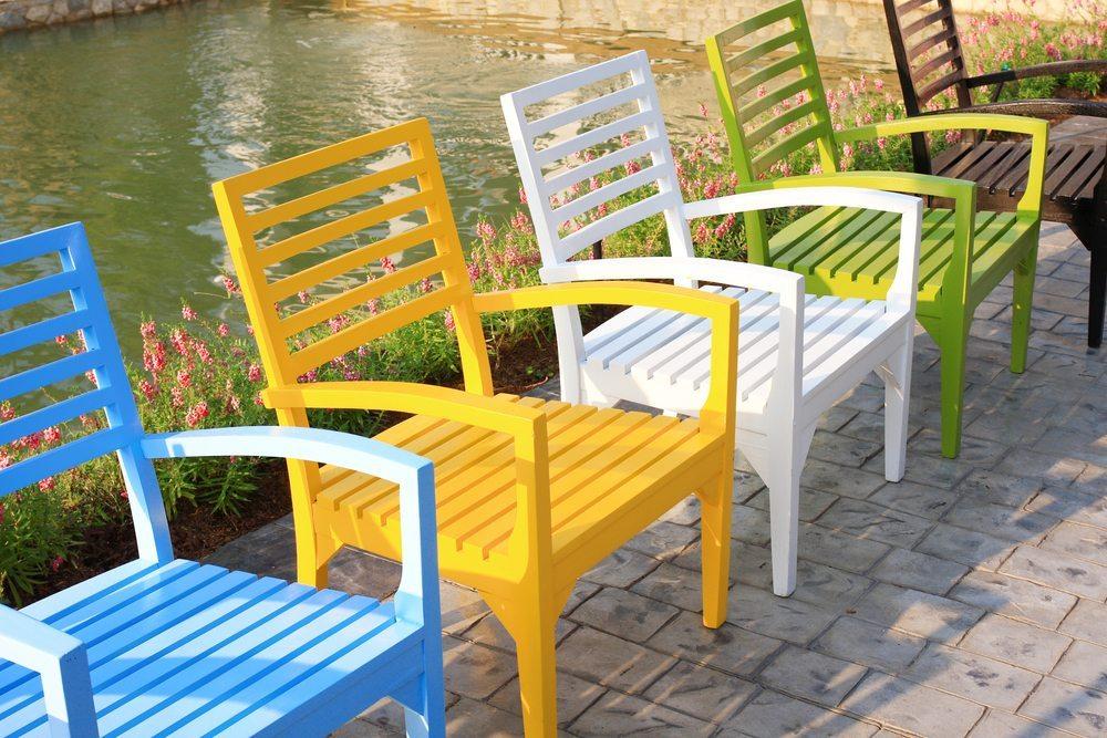 Mit ein wenig Farbe, einem Pinsel und etwas Wasser verleihen Sie Ihren Möbeln endlich mal wieder einen neuen Look. (Bild: WICHAN KONGCHAN / Shutterstock.com)
