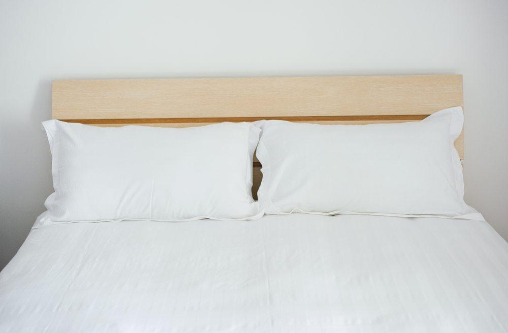 Für die Eingrenzung der Matratzen verwenden Sie vorgehobelte Fichtenholzbretter, und ein Brett für eine ev. Ablagefläche auf dem Headboard des Bettes. (Bild: Hxdbzxy / Shutterstock.com)