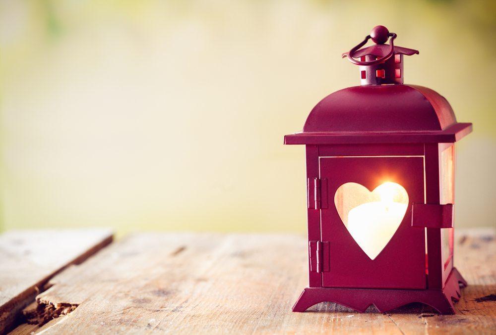 Es gibt viele Kerzen, mit denen Sie die Wohnung noch schöner machen können. Ob LEDs, klassische Kerzen oder mit Plastik: Sie haben die Wahl. (Bild: stockcreations / Shutterstock.com)