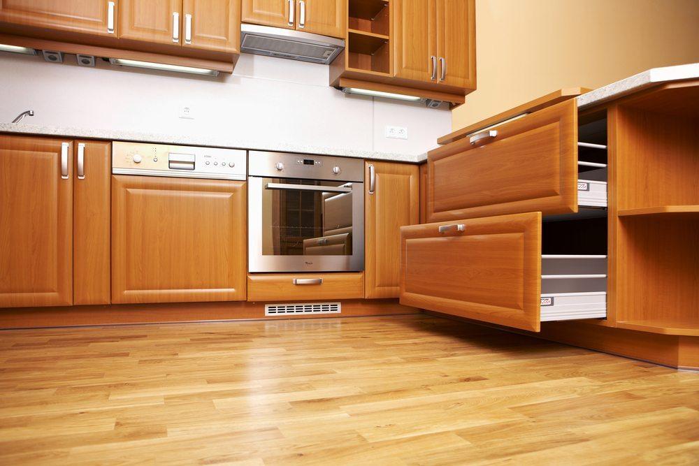 Die WG-Küche ist häufig der Mittelpunkt einer WG und ersetzt das Wohnzimmer. Daher kommt es auf eine ansprechende Einrichtung an. (Bild: Couperfield / Shutterstock.com)