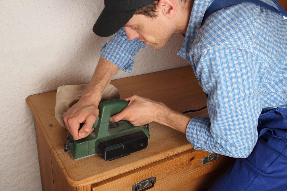 Bei vielen Möbelstücken müssen mehrere übereinander liegende Lackschichten entfernt werden. (Bild: RioPatuca / Shutterstock.com)