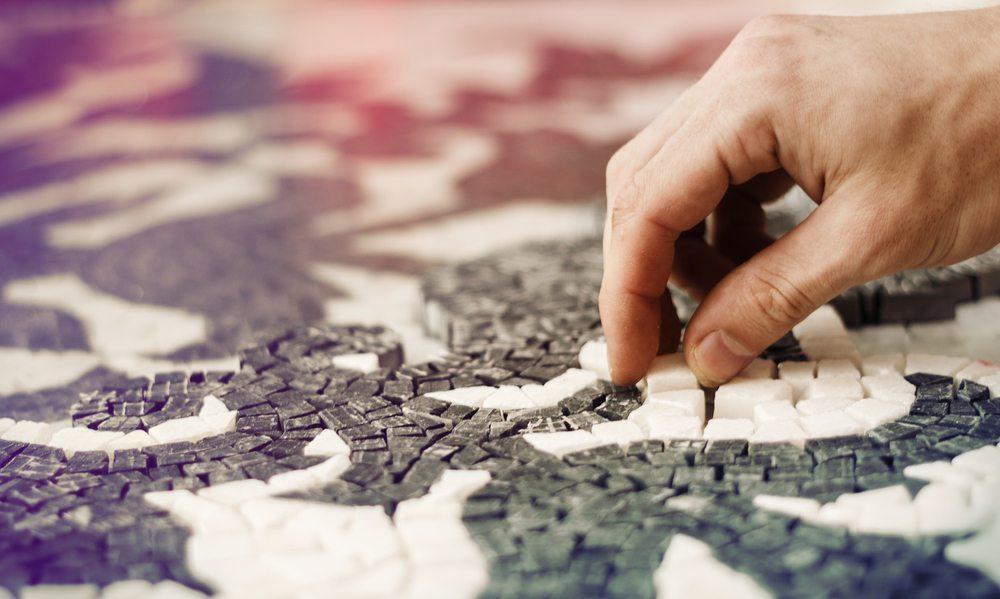 Mit ein paar Handgriffen können Sie langweilige Oberflächen auf Möbeln oder Bodenbelägen in schöne Mosaik-Areale verwandeln. (Bild: Nadezhda Kulikova / Shutterstock.com)