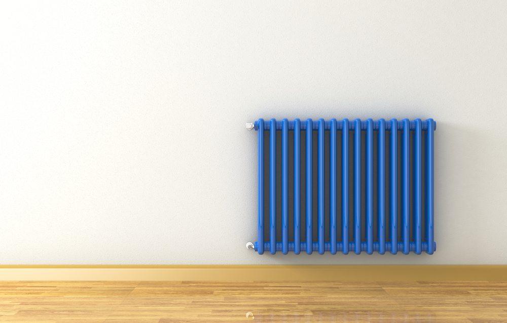 Wer einen hässlichen Heizkörper im Wohnraum hat, muss sich nicht ärgern, sondern den Radiator nur passend zum Innendesign verkleiden. (Bild: lucadp / Shutterstock.com)