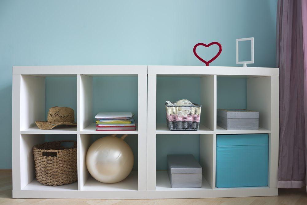 Wenn das Zimmer grösser wirken soll, dann achten Sie darauf, dass Sie nur Sideboards und Regale bis in Hüfthöhe anschaffen. (Bild: NataLT / Shutterstock.com)