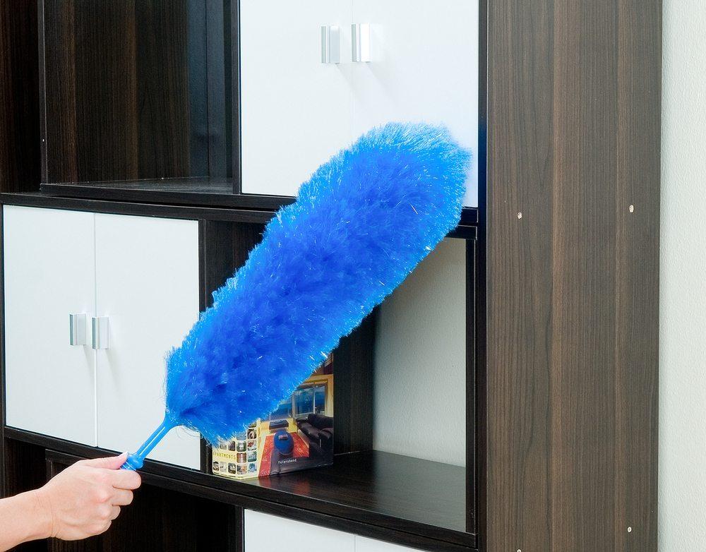 Schmutzpartikel und Staub auf schwarzen Möbeln sind ein echtes Ärgernis. (Bild: John Kasawa / Shutterstock.com)
