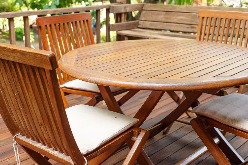 Typische Retro-Möbel aus Teakholz. (Bild: nanD_Phanuwat / Shutterstock.com)