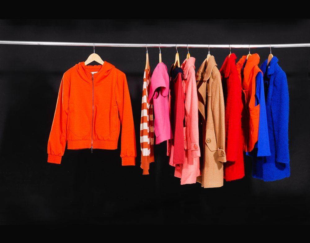Vor dem Verstauen der Sommersachen sollte jedes Kleidungsstück nochmals genau geprüft werden. (Bild: Inchic / Shutterstock.com)