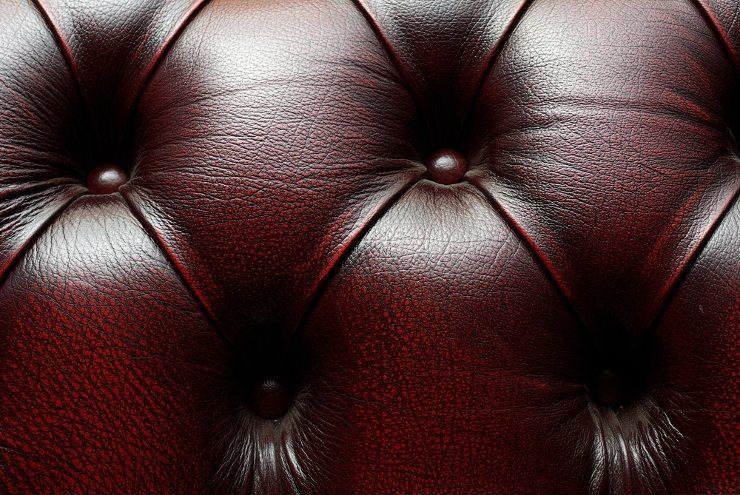 Das Ledersofa - in allen Stilen ein Hingucker. (Bild: © Maxim Lysenko - shutterstock.com)