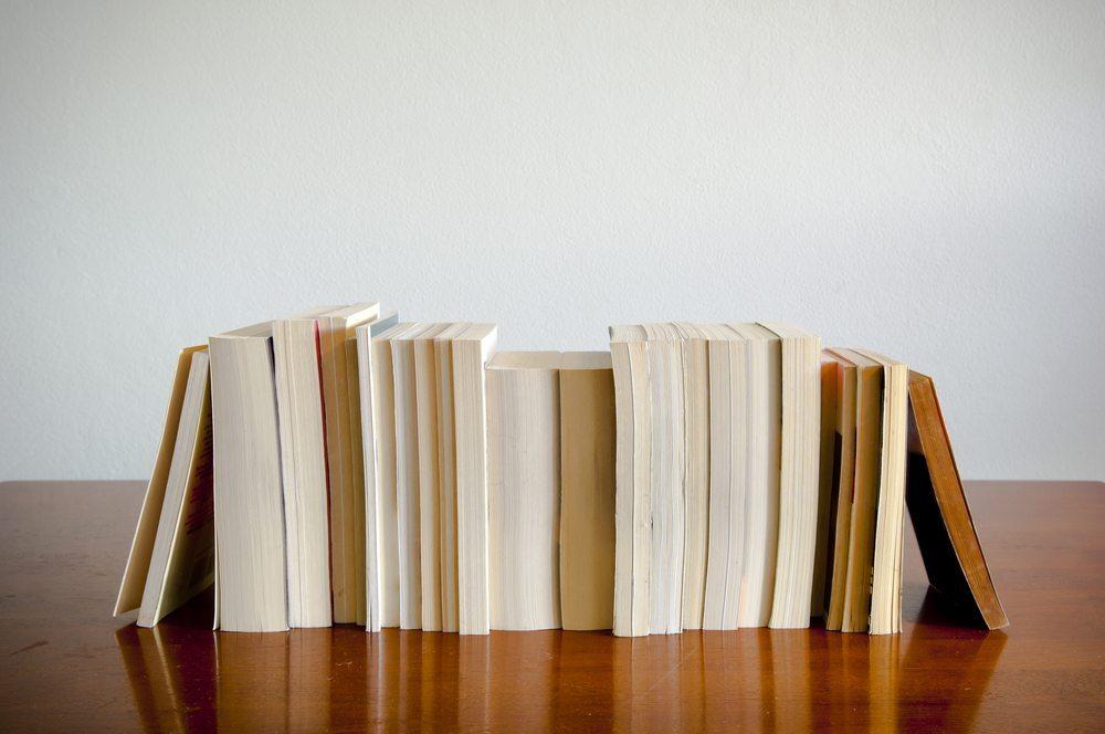 Hobbybastler können Buchstützen aus Holz, Schallplatten oder einem Ziegelstein selbst herstellen. (Bild: THPStock / Shutterstock.com)