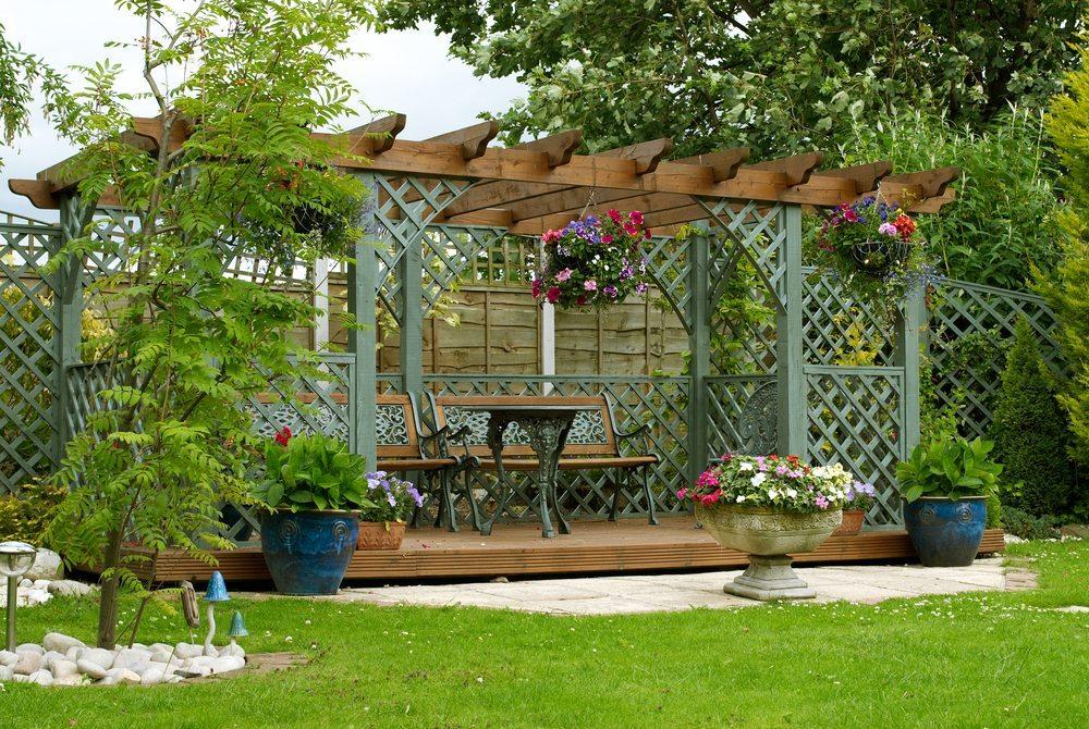 Gartenmöbel aus Holz benötigen entsprechende Pflege. (Bild: abimages / Shutterstock.com)