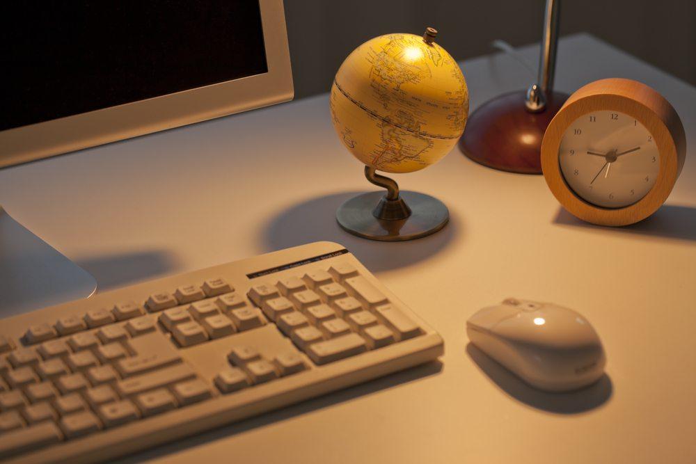 Wichtig ist auch bei Leuchten am Schreibtisch die Verwendung reinweissen Lichtes ( Bild: sukiyaki / Shutterstock.com)
