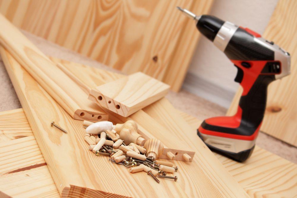 Selbstbaumöbel sowie das richtige Werkzeug müssen entsprechend vorbereitet werden. (Bild: Bezmaski / Shutterstock.com)